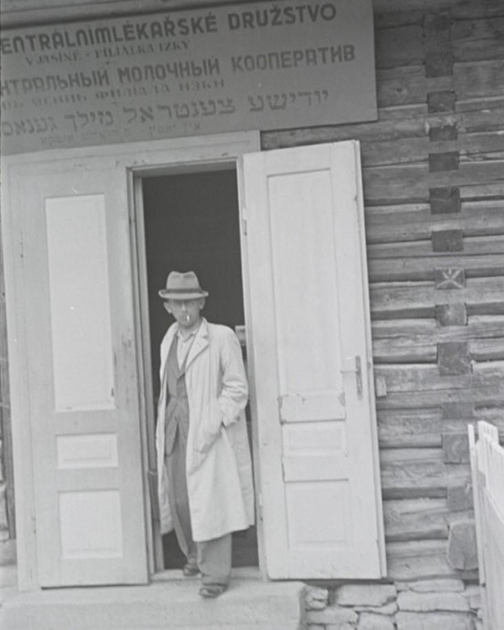 Мужчина у входа в Еврейский Центральный Молочный Кооператив, Ясин, недалеко от Рахова