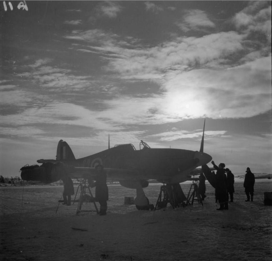 Наземная команда обслуживает «Хоукер Харрикейн Mark IIB» 134-ой эскадрильи RAF в сумерках