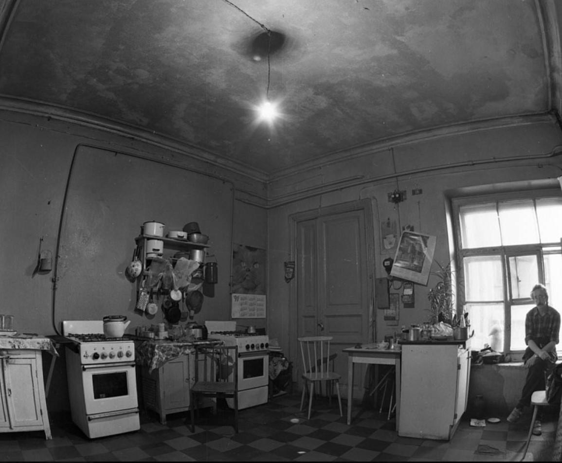 Коммунальная кухня на третьем дворе. Невский проспект