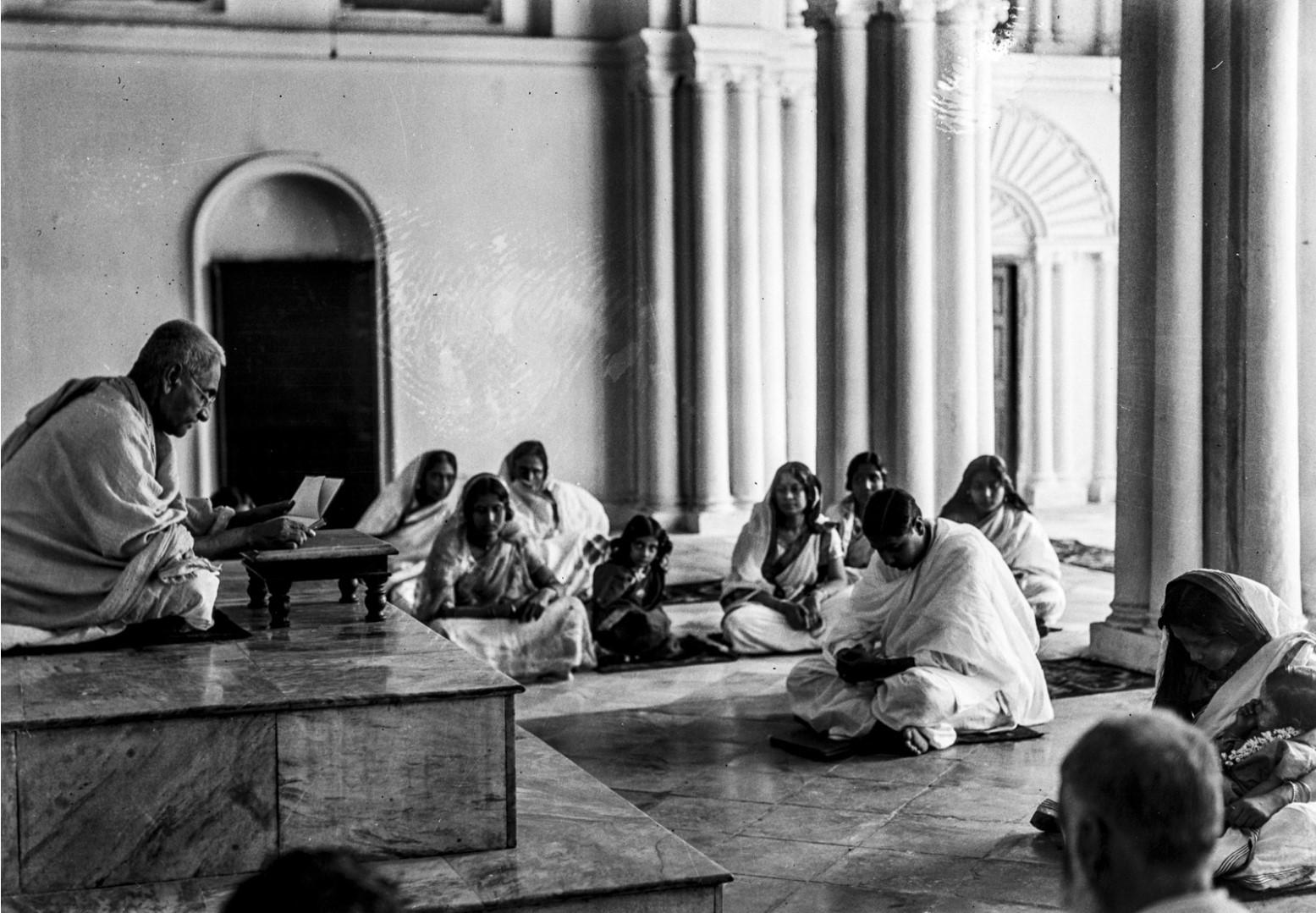 1304. Вид на часовню во время молитвы