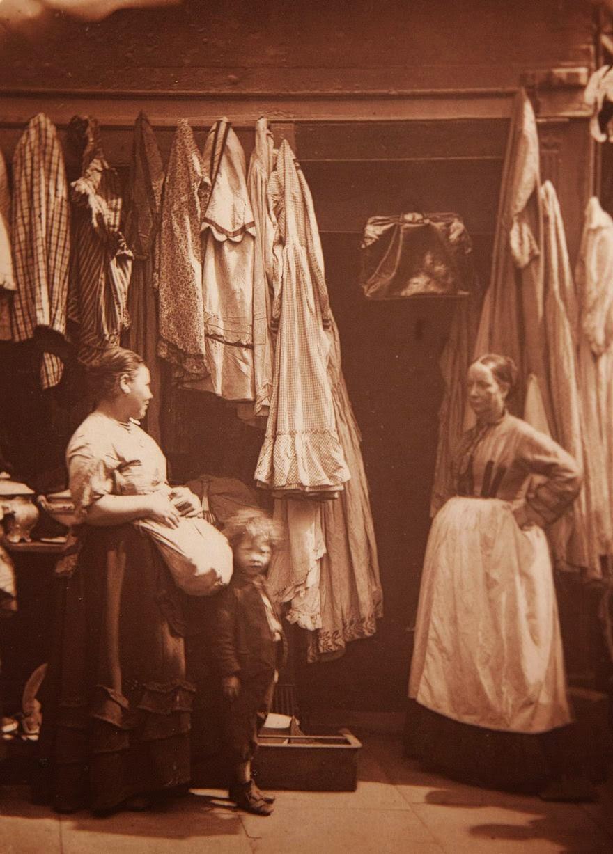 1877. Магазин подержанной одежды