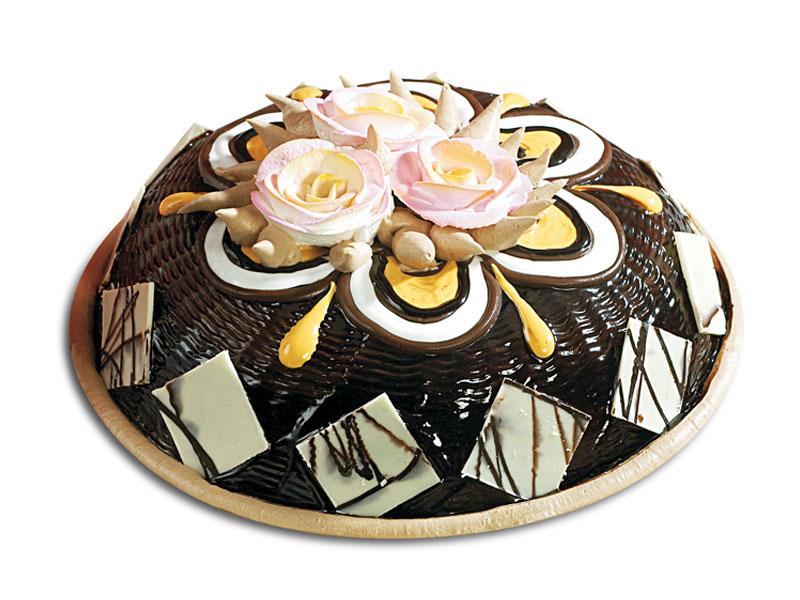 Красивый торт с разными видами шоколада и розами.  С международным днем торта!