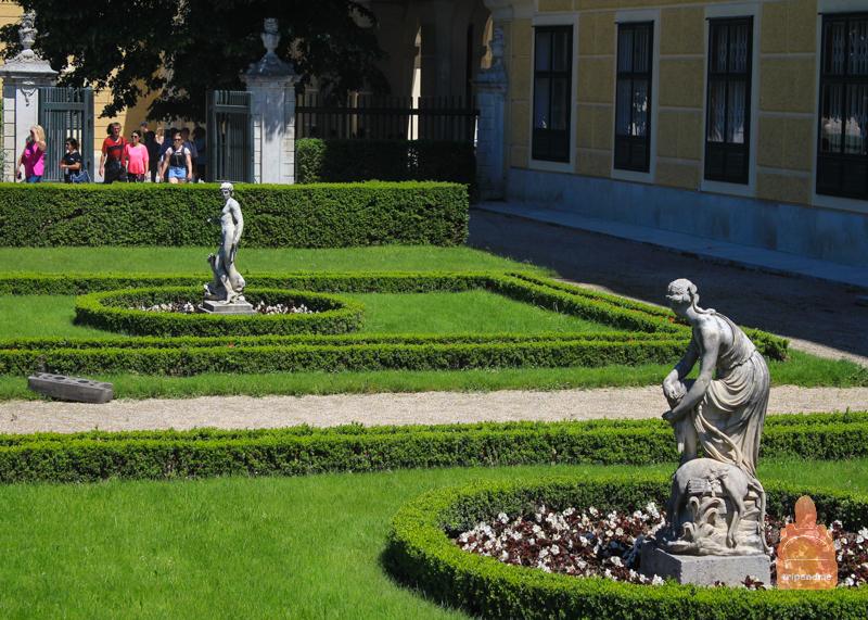 Скульптуры в парке Шенбрунн
