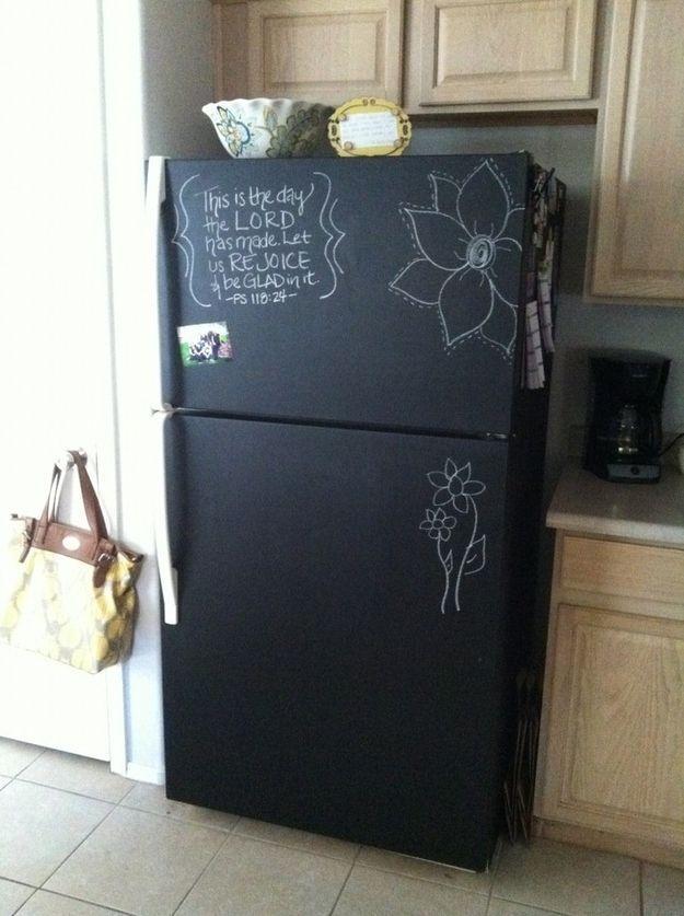 6. А еще холодильник можно покрасить специальной краской. Тогда на нем можно будет оставлять записки