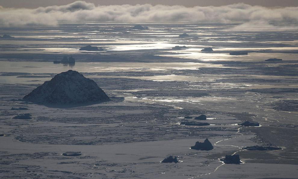 7. Айсберг заперт во льду. Гренландский ледяной щит — второй по размеру ледяной щит мира после