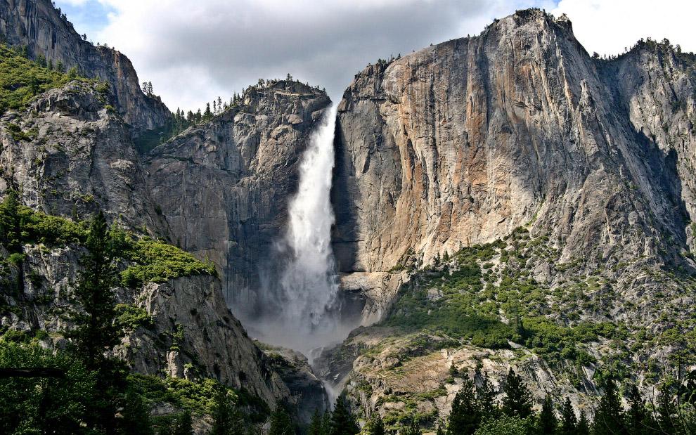 Высота Йосемити — 739 метров.