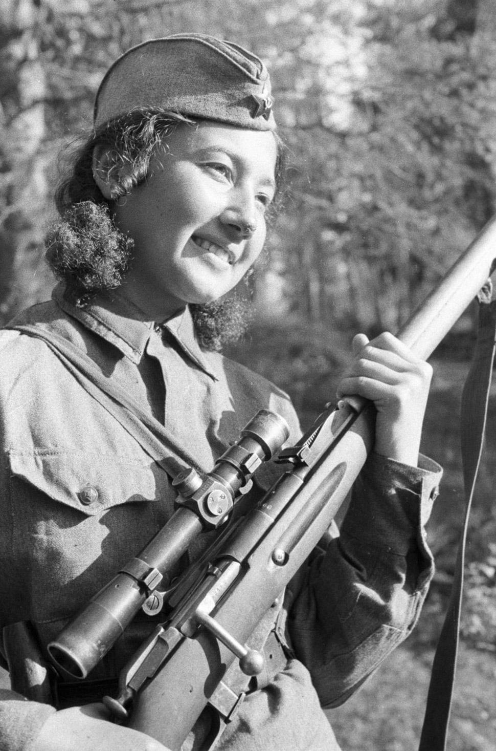1942 год, снайпер Анастасия Степанова во время Сталинградской битвы.