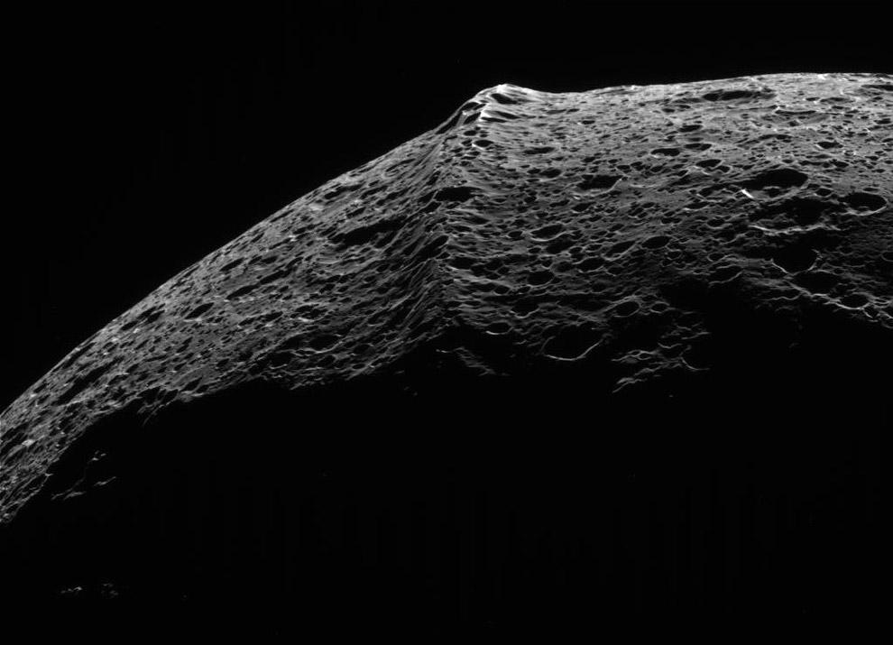 8. Имея размер около 400 километров, Мимас является двадцатым по величине спутником в Солнечной