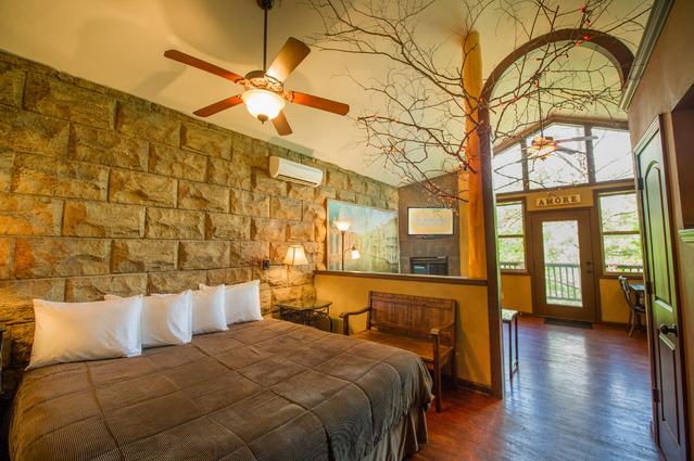 Eureka Springs Treehouses, США Необычный отель с номерами, располагающимися на кедровых бревнах, нах