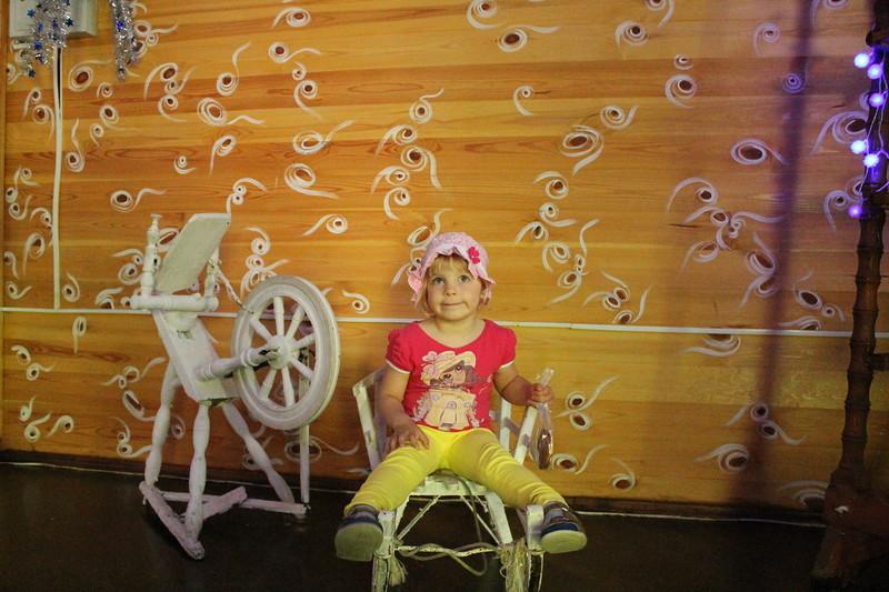 Валери уже была в гостях у Деда Мороза, и фотографировалась на этих же санях, когда ей было 8 месяце
