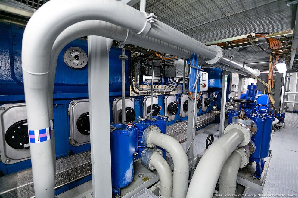 28. Общая мощность силовых установок — 30400 кВт. Этого хватает для работы двух электромоторов,