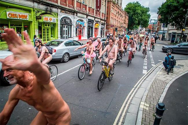Традиционно голый велопробег проходит в центре Лондона, на фоне главных достопримечательностей, и за