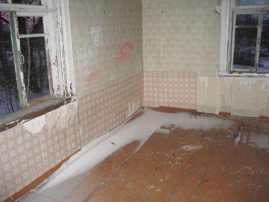 8. Дом был очень старый, весь прогнивший. Пришлось большими автомобильными домкратами полностью его