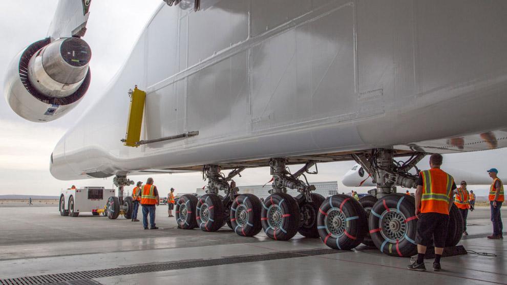 Самый большой с мире самолет предназначен для перевозки трёхступенчатой ракеты, которая крепится меж