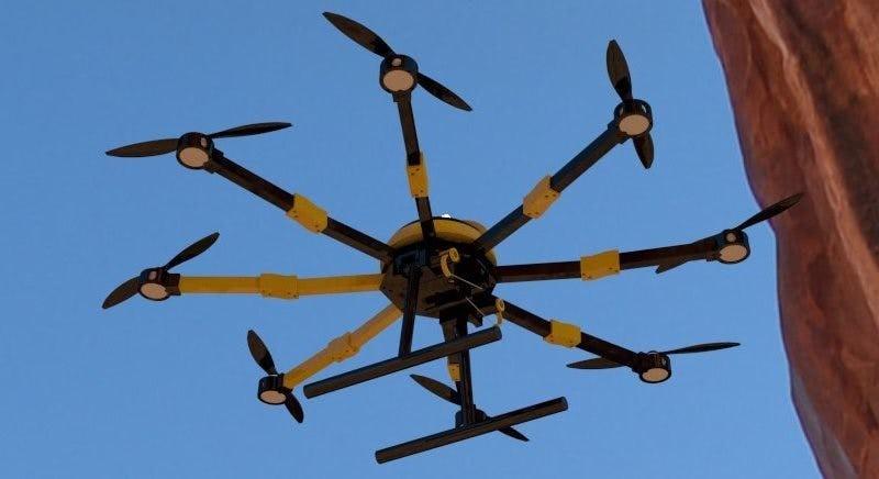 У этого массивного дрона есть 8 пропеллеров, которые позволяют ему подниматься на большую высоту и л