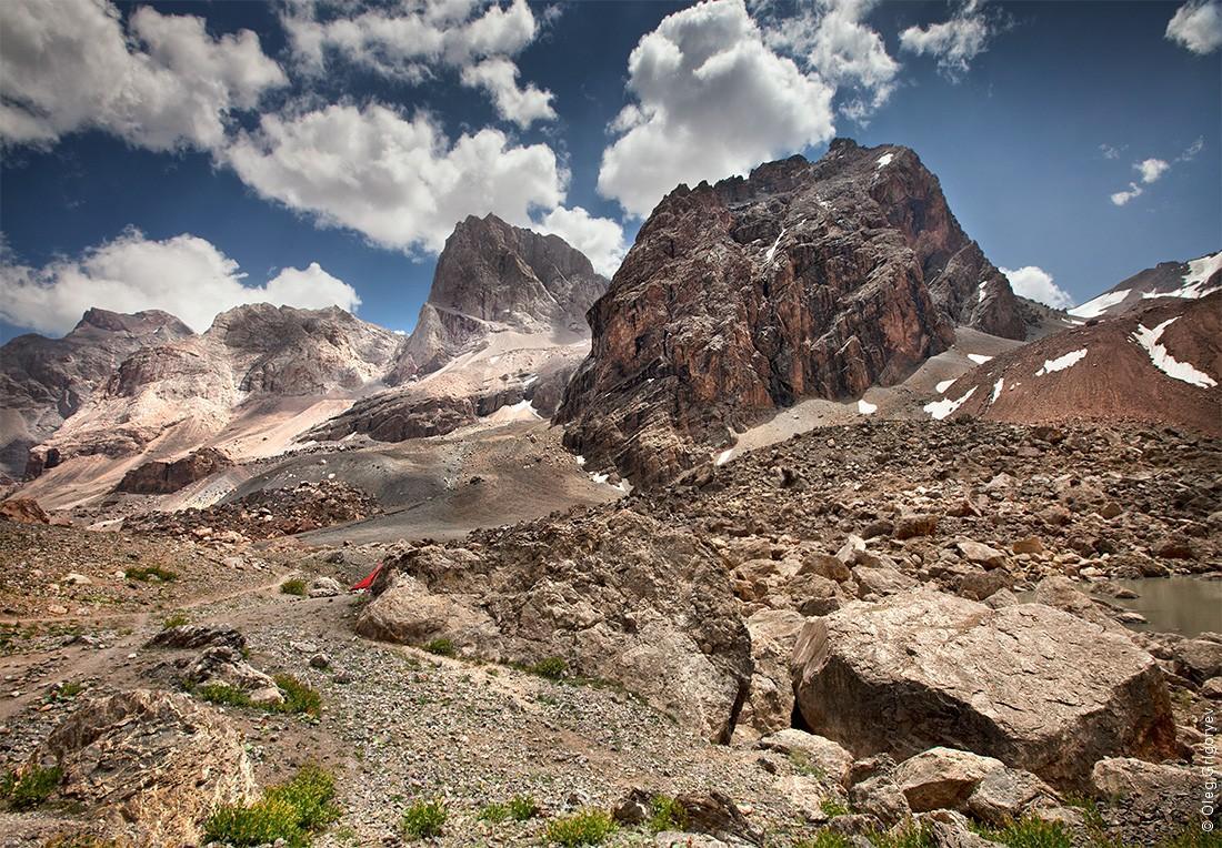 21. Пушистые облака над причудливыми скалами.