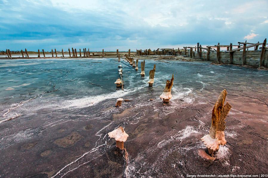9. Деревянные конструкции от воздействия соли и времени выглядят космически: