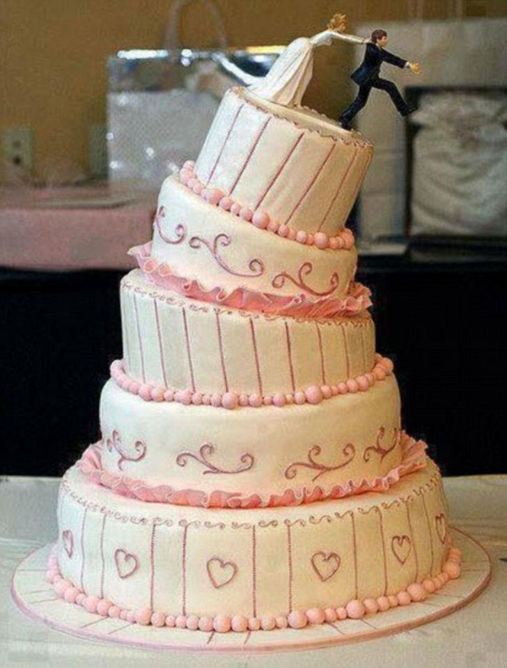 Один из страшных кошмаров невесты — 5-ярусный торт, который рушится прямо на глазах.