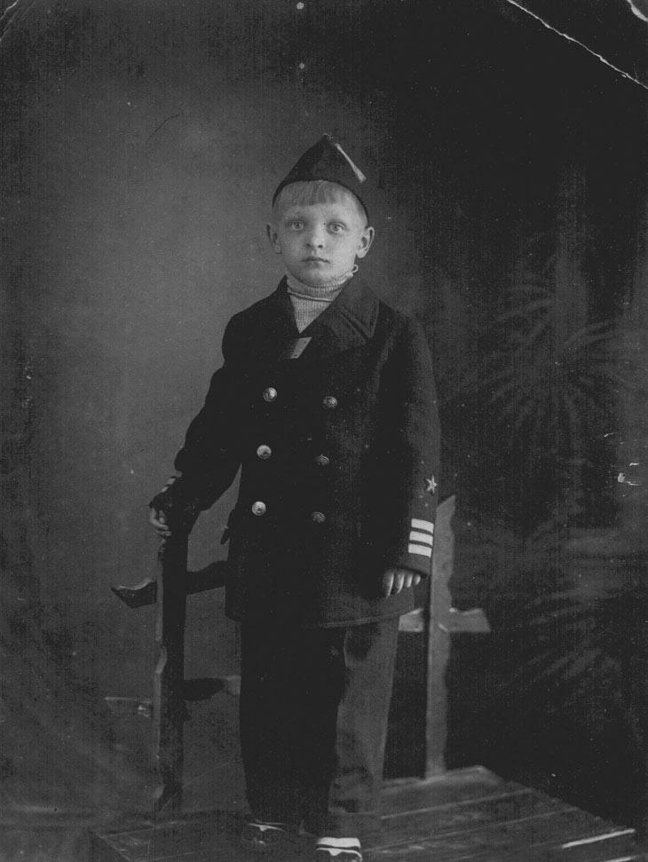 Эдуард Хиль родился 4 сентября 1934 года в Смоленске, где его прадед возглавлял местный церковный х