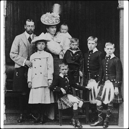 У его сына короля Георга V и Марии Текской было шестеро детей. К слову, Георг был невероятно похож н