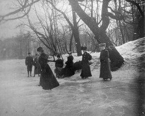 Катание на коньках  (на переднем плане великая княжна Ксения).