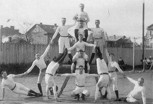 Члены гимнастического общества выполняют пирамиду