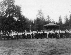 Группа детей на спортивной площадке гимнастического общества Пальма перед началом соревнований