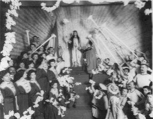 Члены общества во время постановки спектакля
