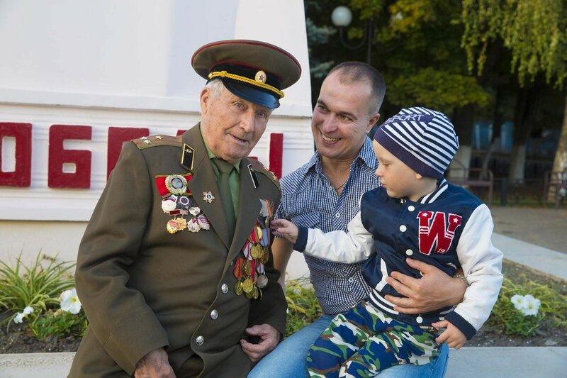Дедушка Елдышев Георгий , внук Геннадий и правнук Никита 8 мая 2016 г
