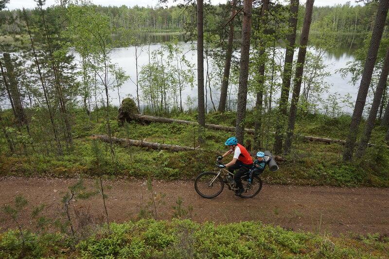 на велосипеде по дороге вдоль озера Жемчужина на карельском перешейке