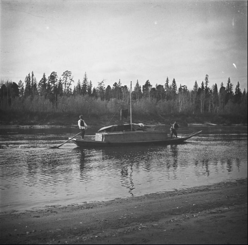 Лодка на реке Кеть. У руля Алексей Арбалдаев