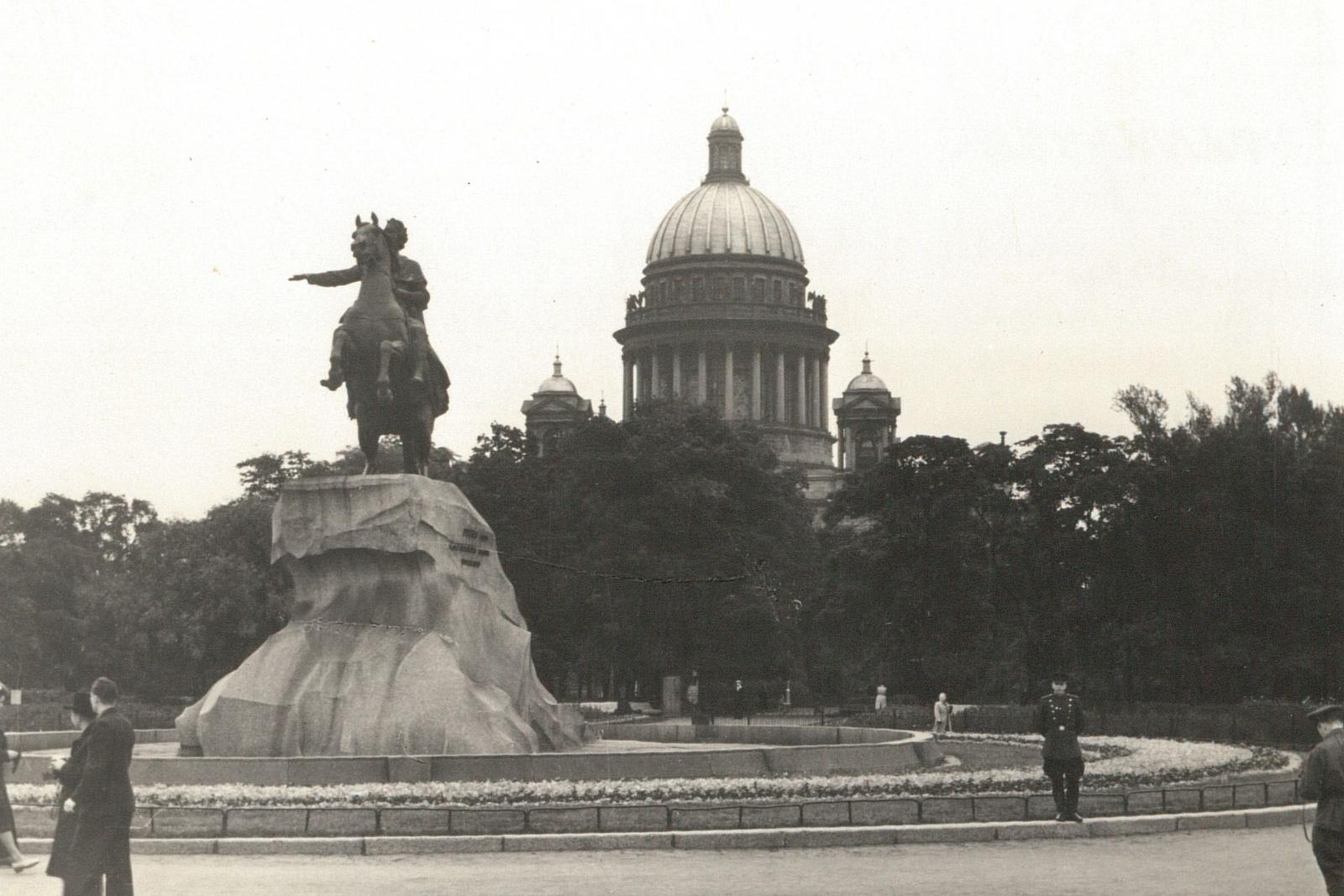 Памятник царю Петру и Исаакиевский собор