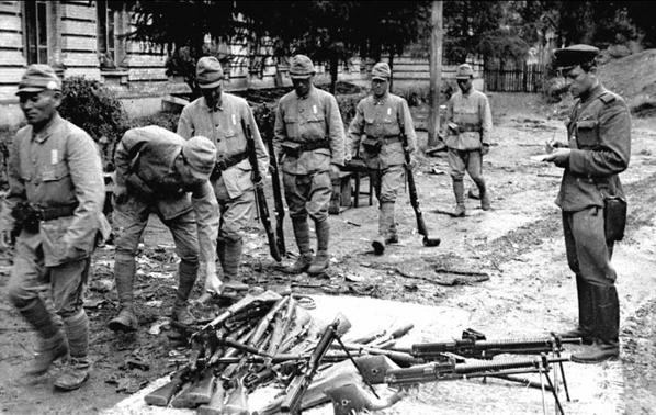 Солдаты-японской-армии-сдают-оружие.jpg