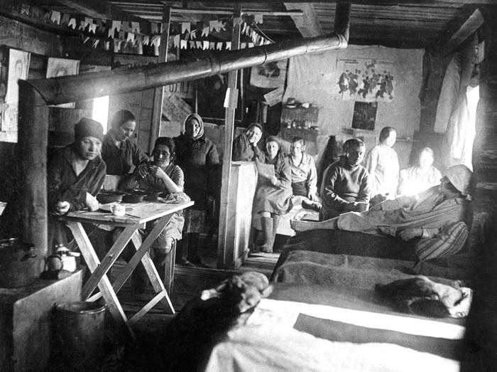 Женский-барак-в-одном-из-лагерей-Кировской-обл.2-я-пол.1930-.jpg
