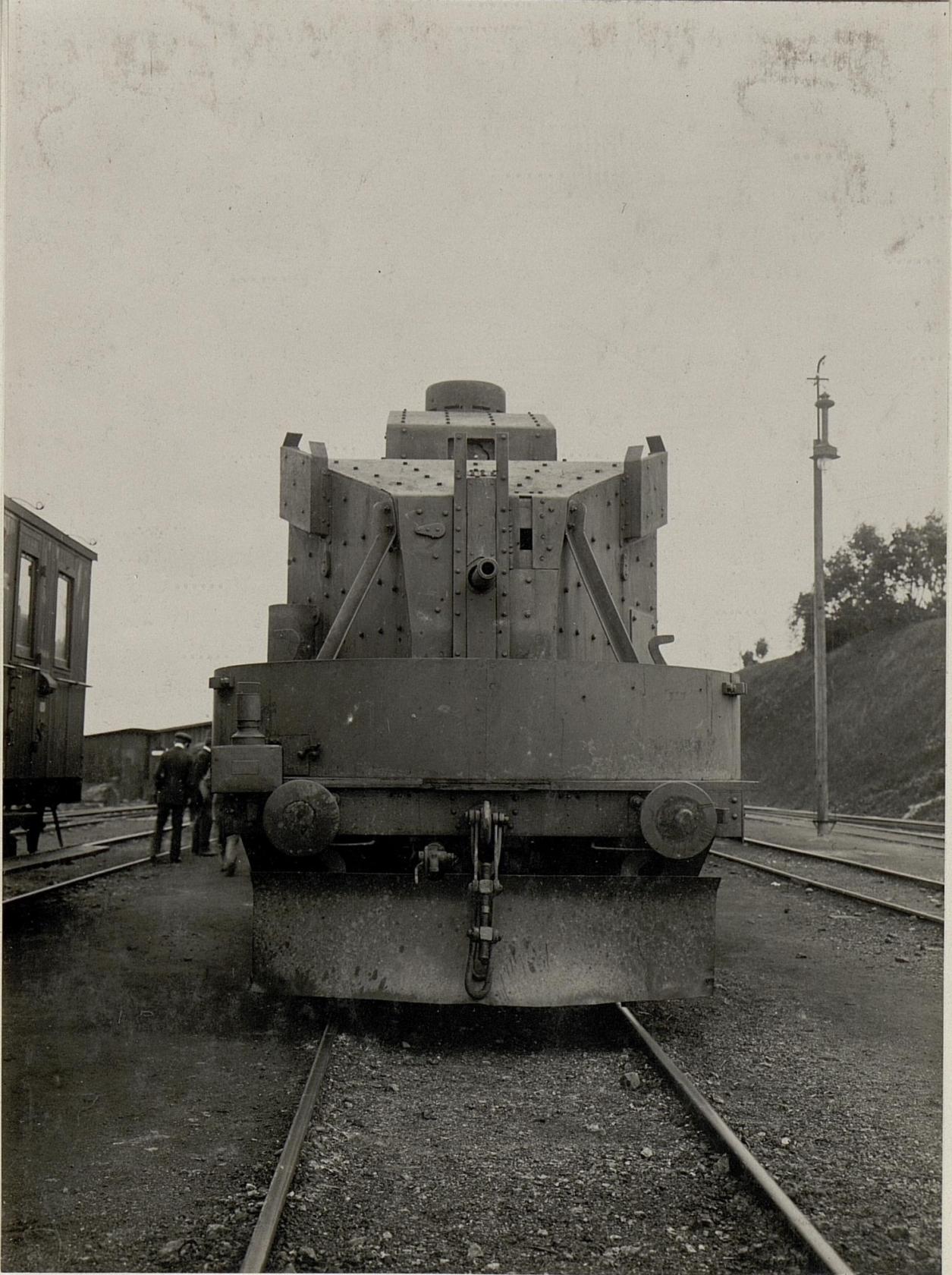 Ein mit Schnellfeuergeschьtzen und Maschinengewehren ausgerьsteter Panzerzug der k.u.k. Staatsbahnen bei Zborow, Juni 1916