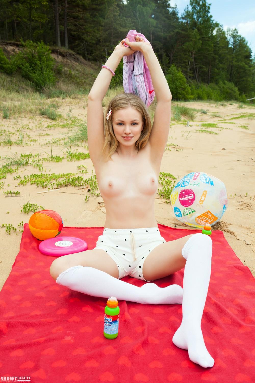 Белокурая Lea на пляже