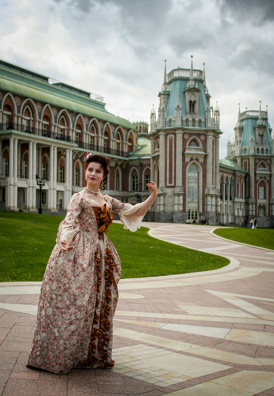 Придворная дама на фоне дворца
