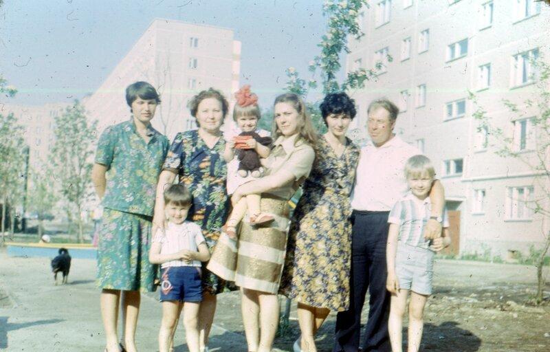 Тетя Лена Черкасова, брат, бабушка, двоюродная сестра Света, тетя Галя, мама, отец, я.