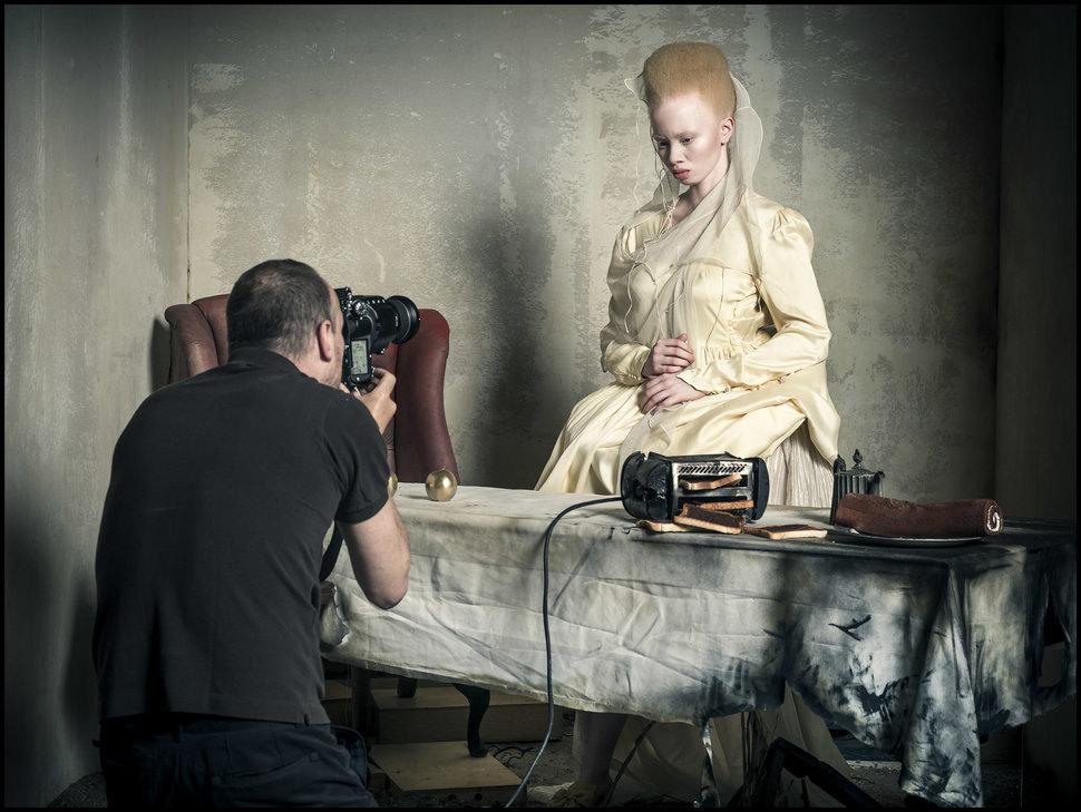 Южноафриканская модель-альбинос Тандо Хопа (Thando Hopa) изображает Принцессу Червей (хотя такого пе