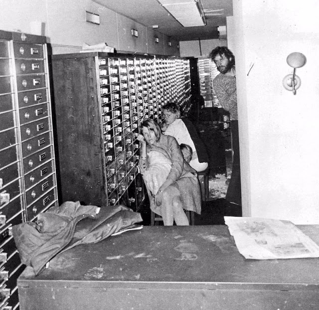 Фотография была сделана полицией 26 августа 1973 года, на 4-й день удержания заложников.