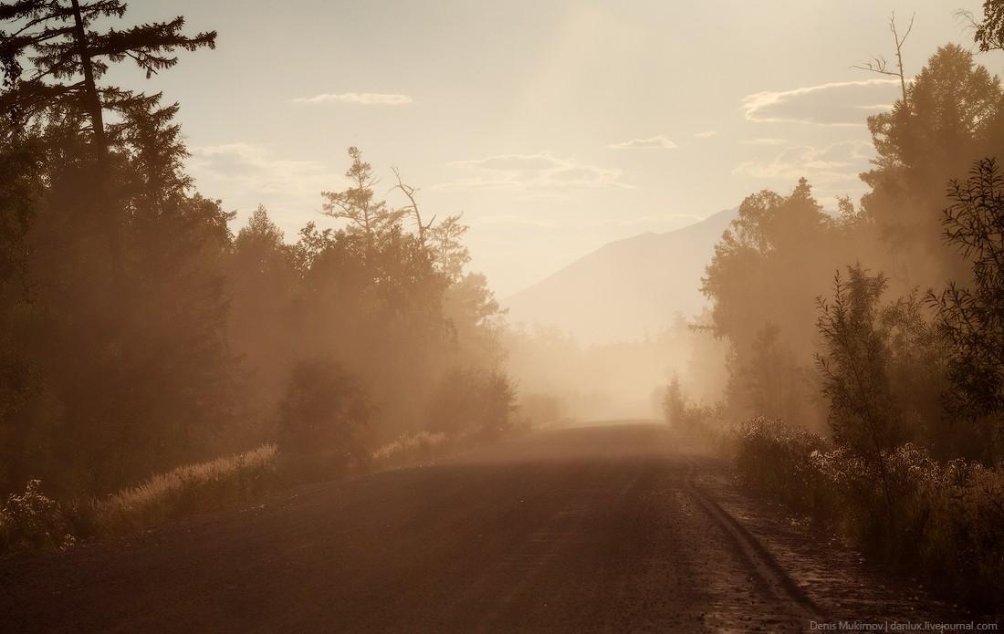 21. Дорога между поселками Ключи и Усть-Камчатск засыпана вулканическим пеплом от Шивелуча. Пепел до