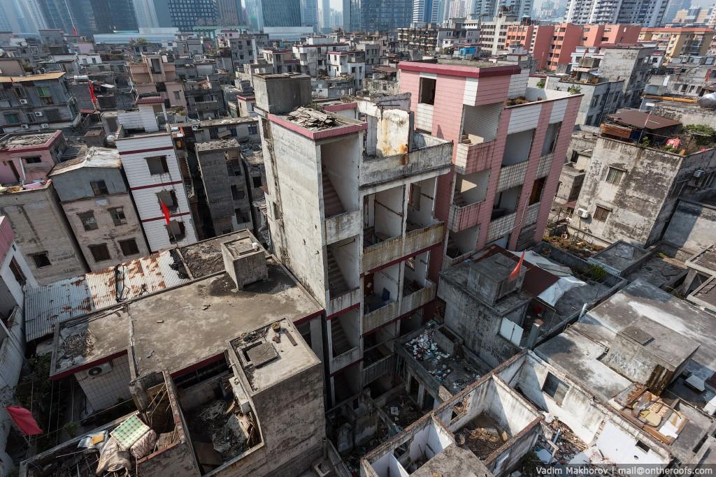 17. Несмотря на то что эти дома кажутся полностью заброшенными, в этом районе еще теплится жизнь.