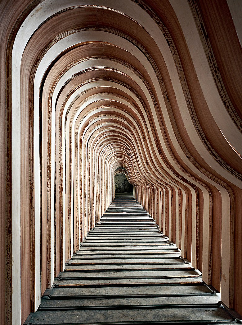 Дальше делается резонансная дека, которая представляет собой большую деревянную диафрагму с бру