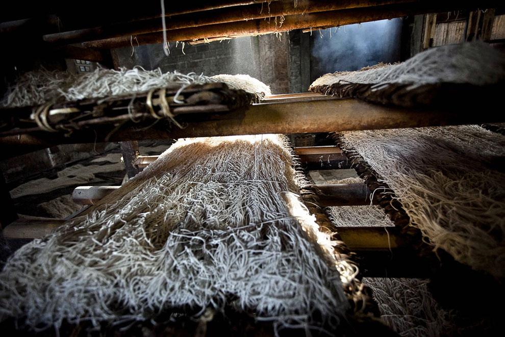 Перекур. На фабрике почти все курят, новые российские сюда еще не дошли. (Фото Ulet Ifansasti  