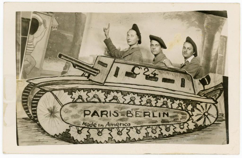 1944-1945 гг. Французские солдаты в фотостудии. Париж, Франция.