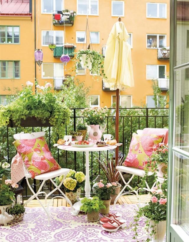 25. Подушки украшают интерьер балкона