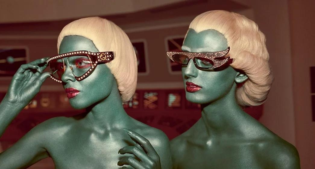 Герои действуют в разнообразных декорациях — от космического корабля до инопланетной пустыни.