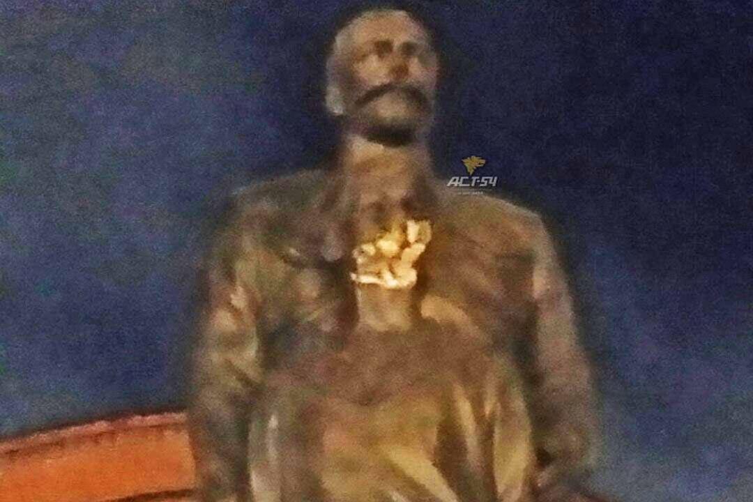 20170801_09-00-В Новосибирске памятник Николаю II и его сыну изрубили топором-pic2