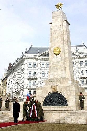 15-Церемония возложения венка к памятнику советским воинам-освободителям