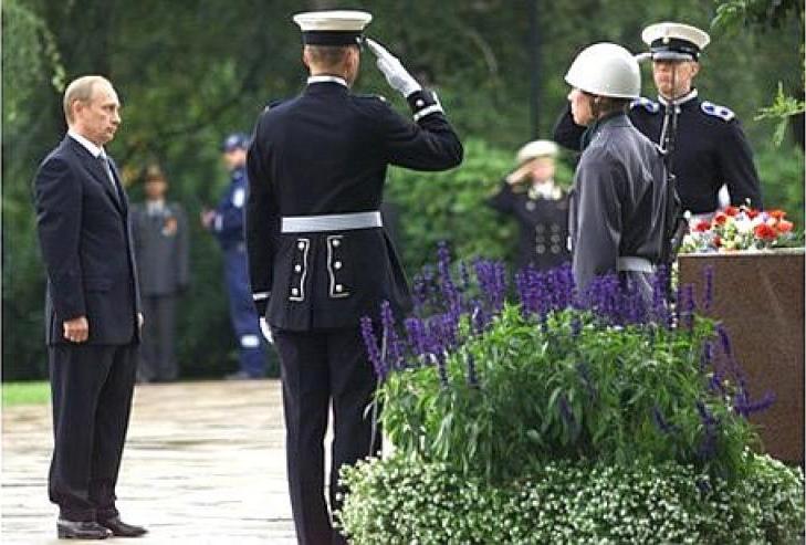 2 из 2. Возложение цветов на могилы президентов Финляндии маршала Карла Маннергейма и Урхо Кекконена на мемориальном кладбище «Хиетаниеми».